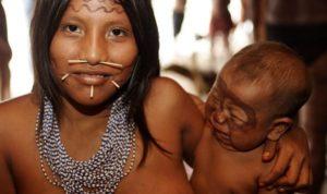 ヤノマミ族の女性と子ども