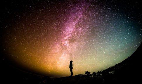 宇宙の星を見つめる人