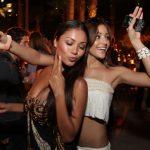 踊るパーティーお酒好きな外国美女