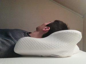 高さのある枕で仰向けに寝ると首肩コリに