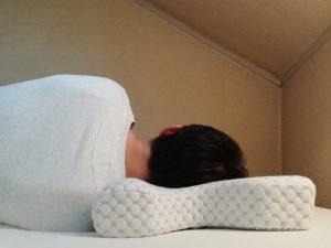 仰向けで寝る肩コリ対策に最適枕Keciepo 次世代人間工学 安眠枕を横向きに寝る