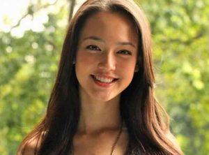 色白で笑顔の外国美女