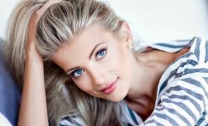 金髪で青目の白人美女